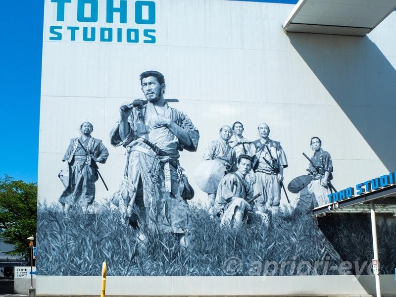 東宝スタジオの正面入り口壁に描かれた七人の侍