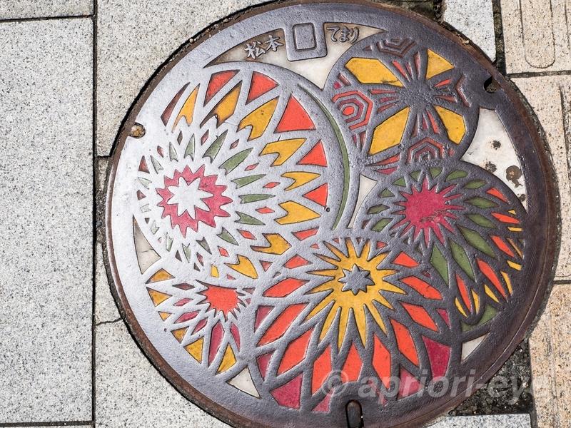 手毬がデザインされた松本市のマンホールの蓋
