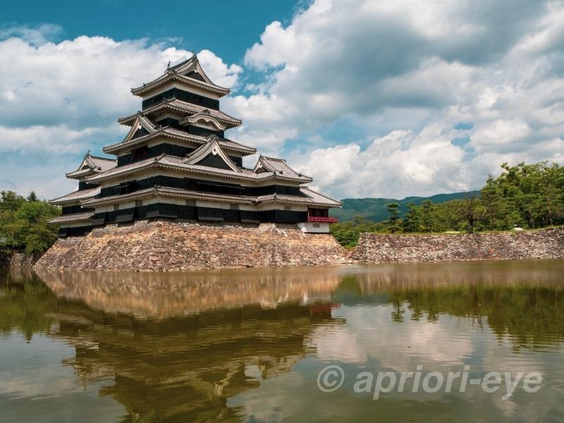 青空に映える松本城
