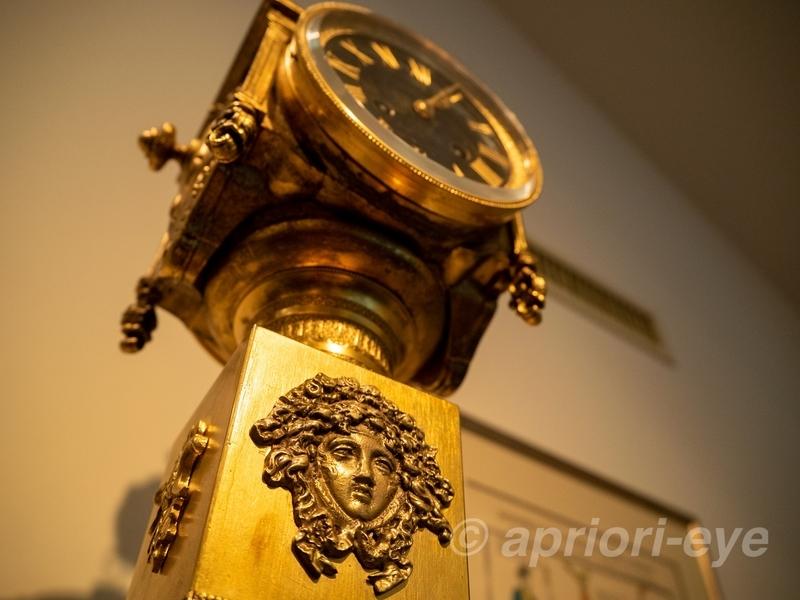 松本市の時計博物館に展示されている金色の古い時計