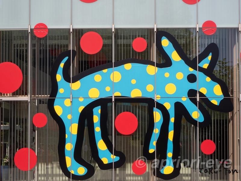 松本市美術館のガラスに描かれた犬の絵