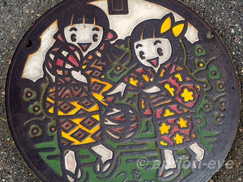 童が描かれた松本市のマンホールの蓋