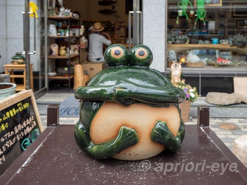 縄手通りにあるカエルの置物