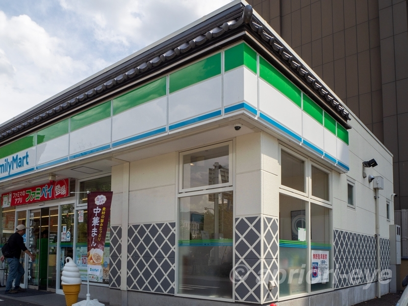 なまこ壁が施された松本城の前にあるファミリーマート