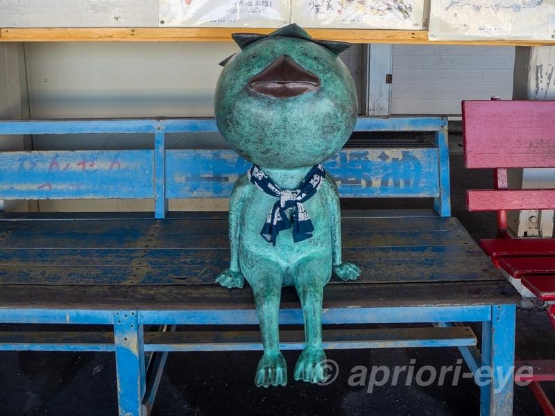 那珂湊駅のホームにあるベンチに座っている河童の人形