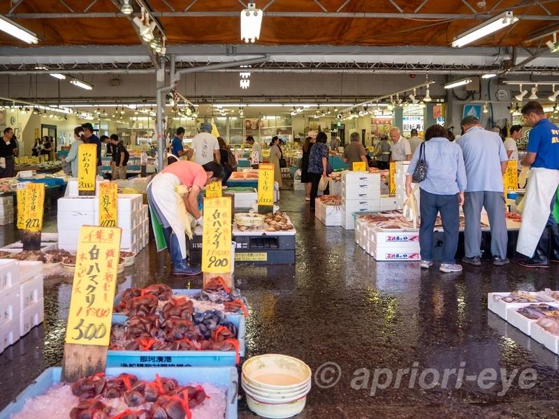 那珂湊駅から徒歩10分ほどの所にある活気があるお魚市場