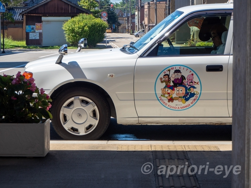 氷見駅前に止まっている忍者ハットリくんの絵が描かれたタクシー