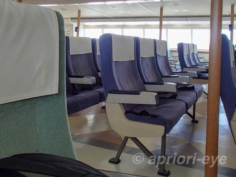 津エアポートライン「カトレア」の船内