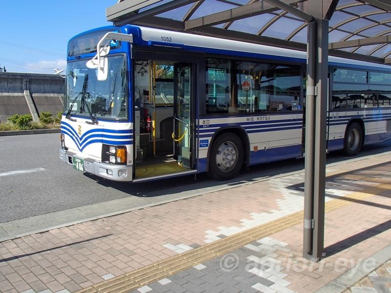 津駅行きの青と白のバス