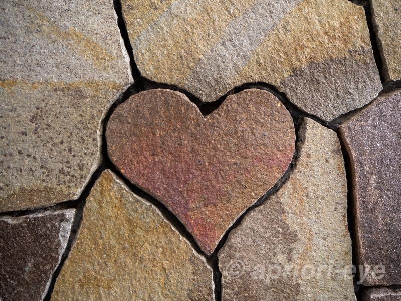 内宮おかげ参道内にあるピンクの色をしたハートの石