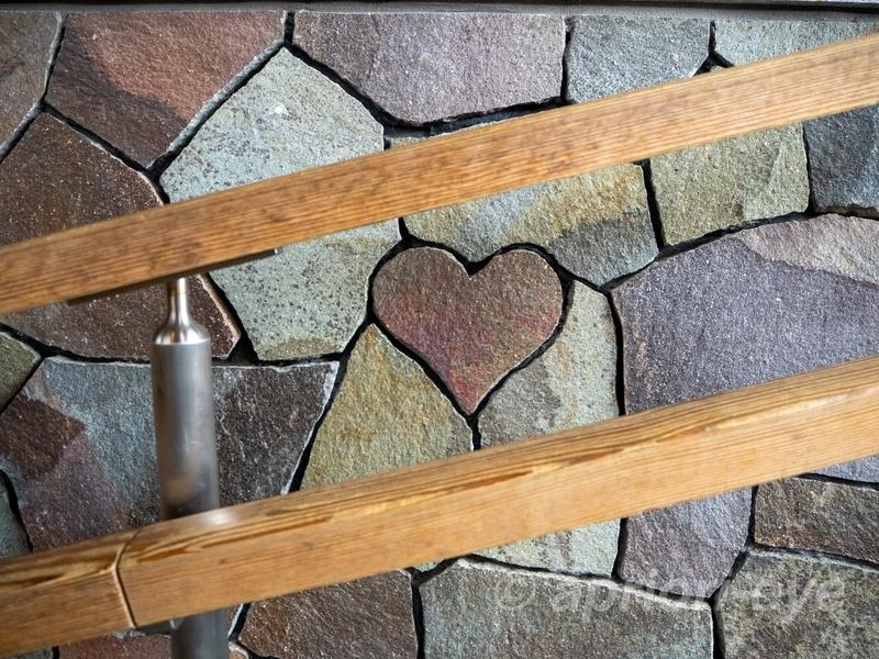 内宮おかげ参道内の階段の手すり近くにあるハートの石