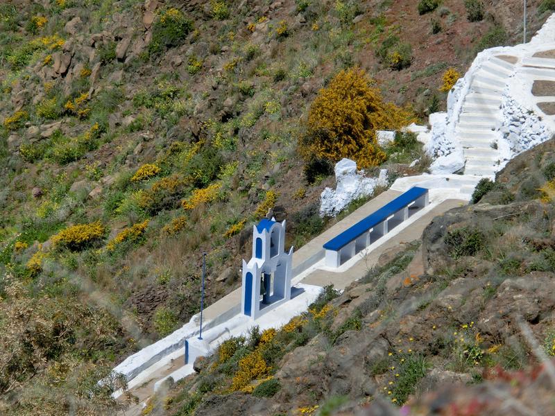 フィラからイアへのハイキングトレイルの途中、眼下に見えるミニチュアのような教会