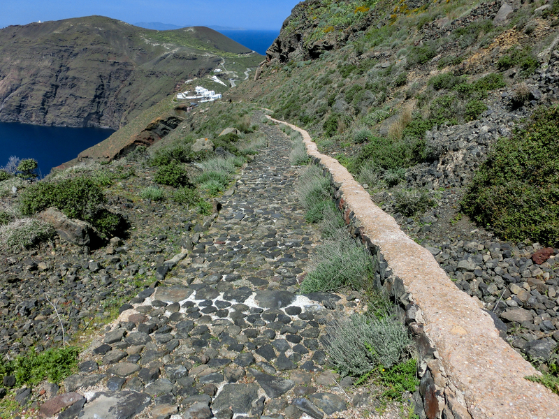 フィラからイアへのハイキングトレイルの途中の細い道