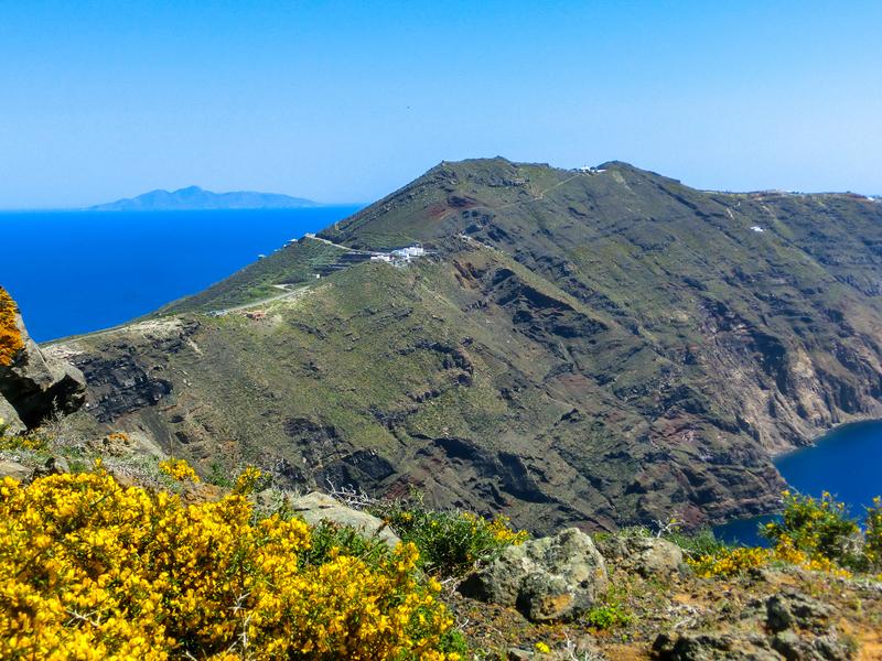 フィラからイアへのハイキングトレイルの途中で見えるサントリーニ島の雄大な姿