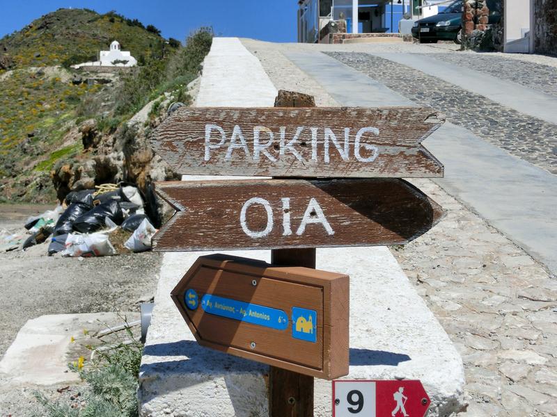 フィラからイアへのハイキングトレイルの途中にあるイアへの方向示す道標