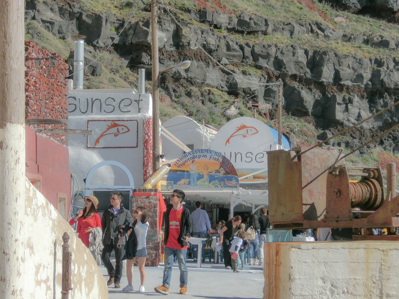 サントリーニ島イアの港に並ぶレストラン