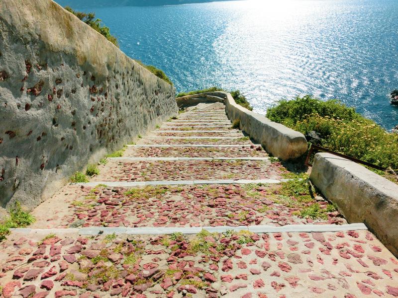 サントリーニ島イアにある港へ降りる石段