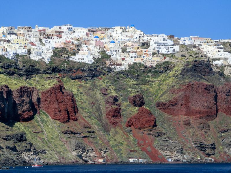 フェリーから見えてくる赤茶色のサントリーニ島