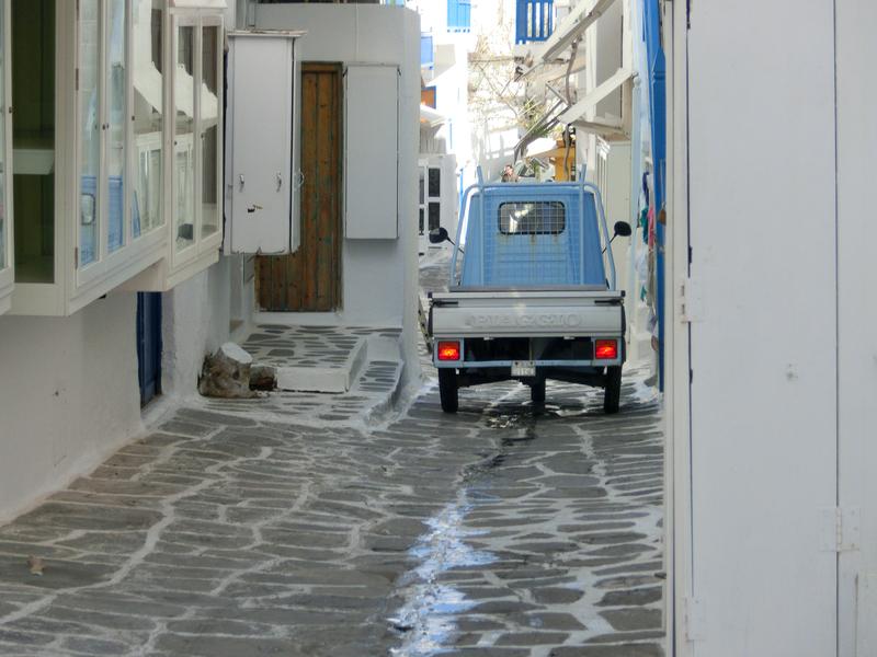 ミコノス島で活躍する三輪自動車