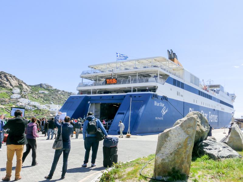 ミコノス島のニューポート到着したBlue Starのフェリー