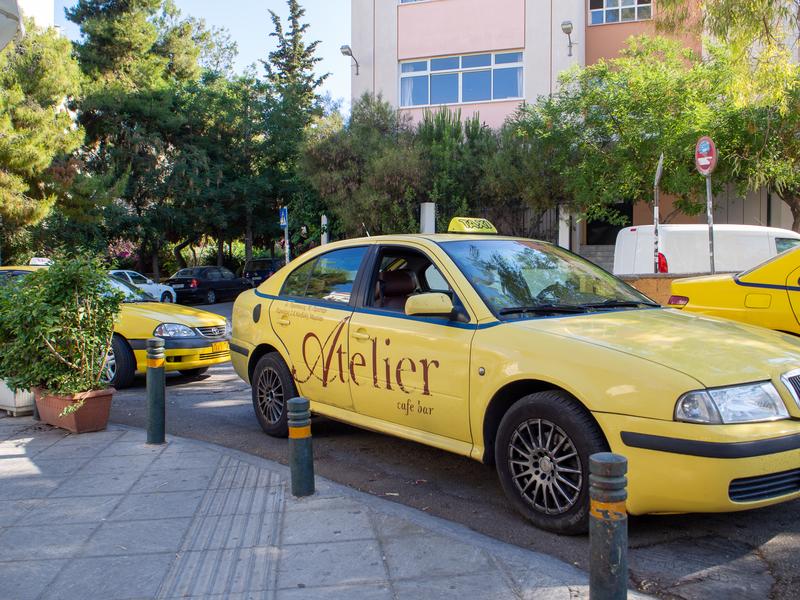 リオシオン・バスターミナルで客待ちをするタクシー