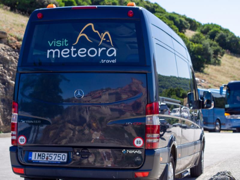 メテオラ半日観光ツアーで使用されるミニバン
