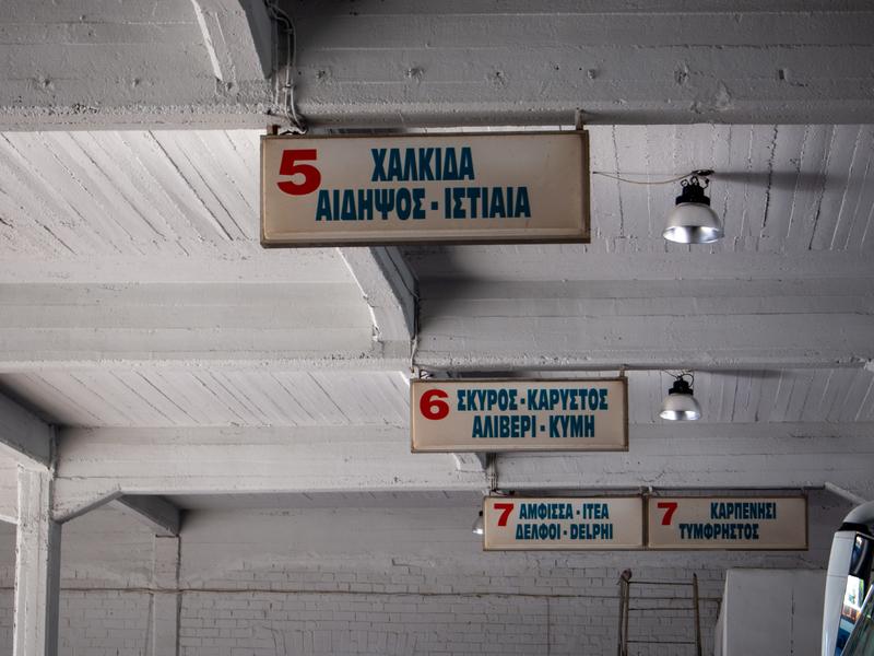 アテネのリオシオン・ターミナルのデルフィ行きバス乗場