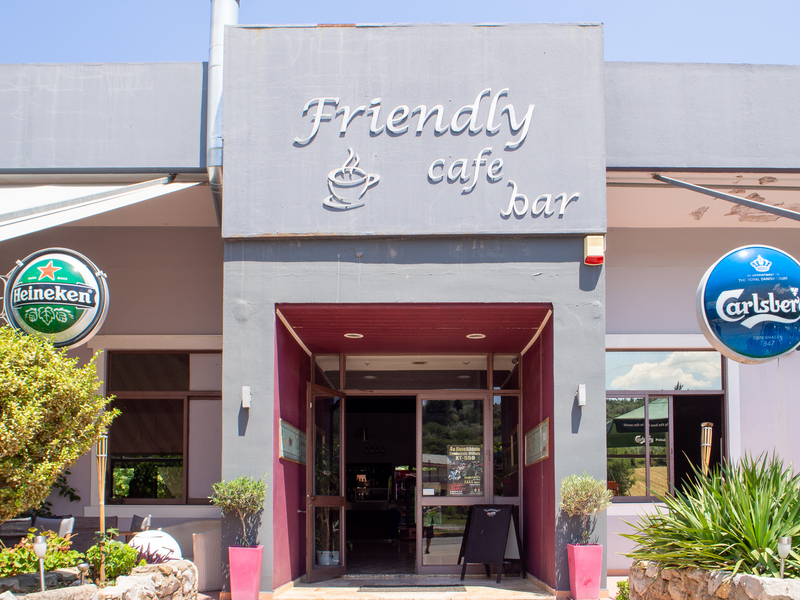 アテネから長距離バスでデルフィに行く時、途中10分ほどの休憩をするFriendly cafe bar