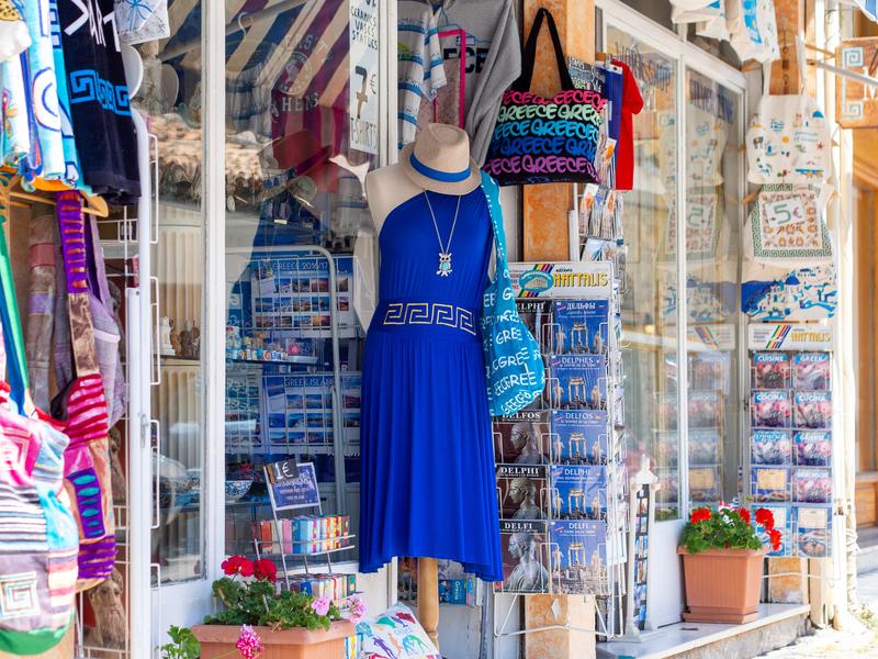 デルフィの小さい街のあちこちにある土産物屋
