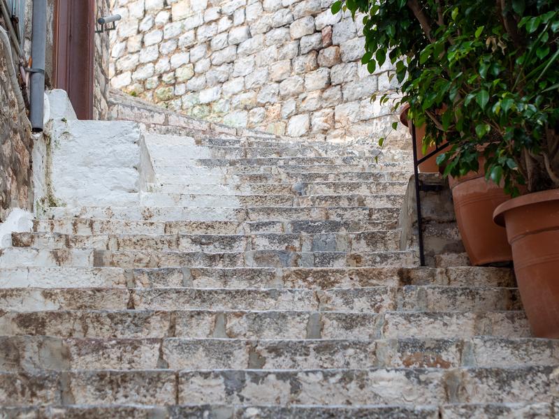 イドラ島のきつい傾斜の石段