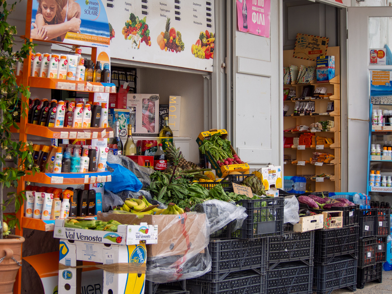 イドラ島の小さなスーパーマーケットであるスーパーK(Super K)
