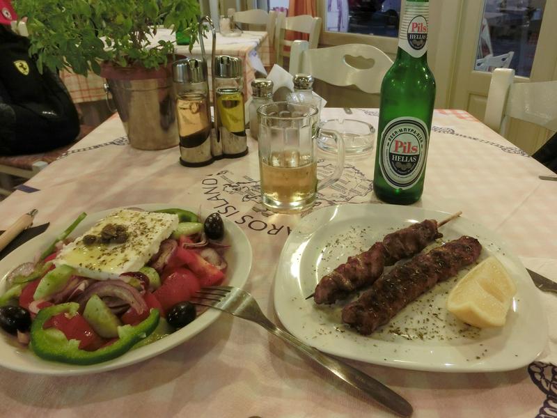 パロス島パリキアにあるレストラン「To Souvlaki Tou Pepe」のグリークサラダとスブラキ