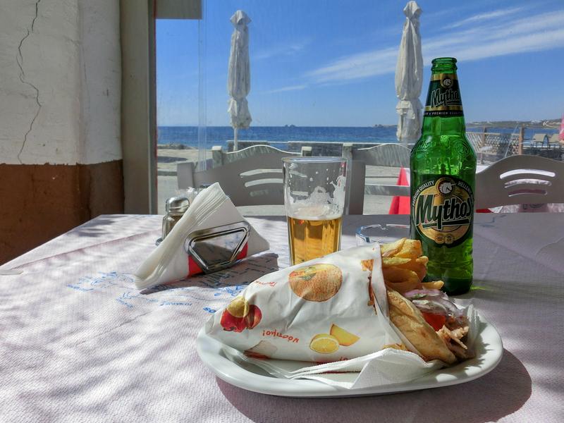 パロス島パリキアにあるレストラン「Brizoladiko Steak House Restaurant」のおいしいギロピタ