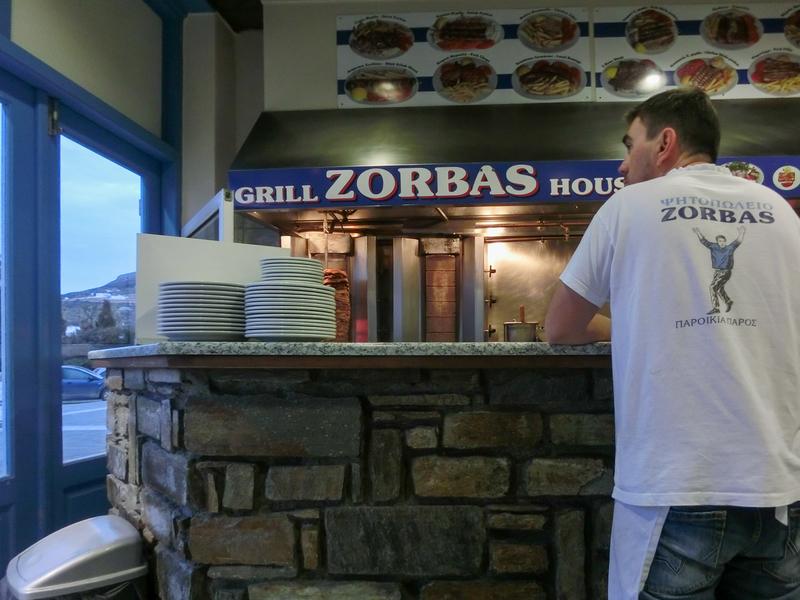 パロス島パリキアにあるレストラン「Zorbas」の陽気なスタッフ