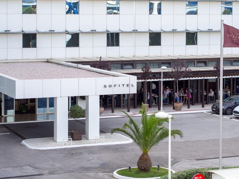 アテネ国際空港にほぼ直結しているソフィテル・アテネ・エアポートの外観