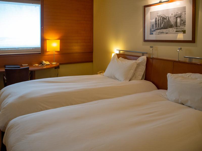 ソフィテル・アテネ・エアポートの客室にあるベッド