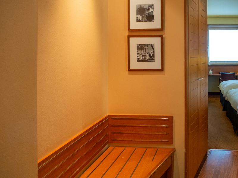 ソフィテル・アテネ・エアポートの客室内にあるスーツケースなどの荷物を置くスペース
