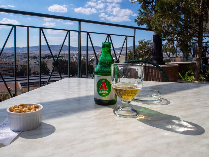 アテネ駅前にあるオスカーホテルの屋上にある「Apollon Roof Garden」のテーブルに置かれたビール