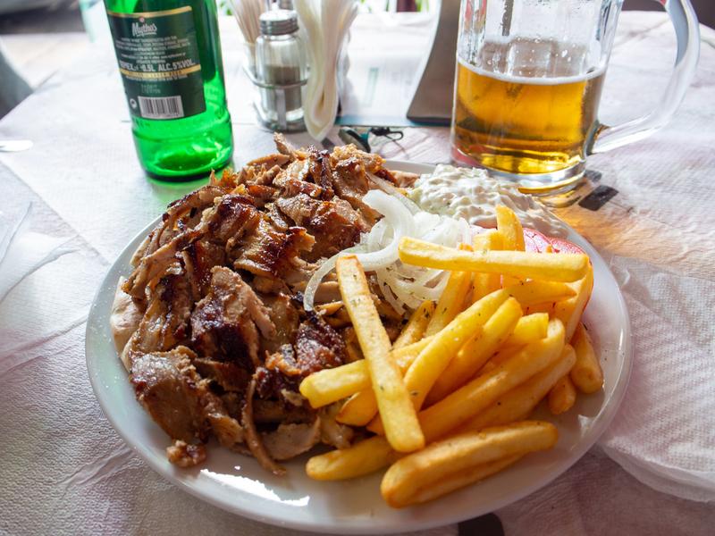 アテネ駅近くのレストランのおいしそうなスブラキ