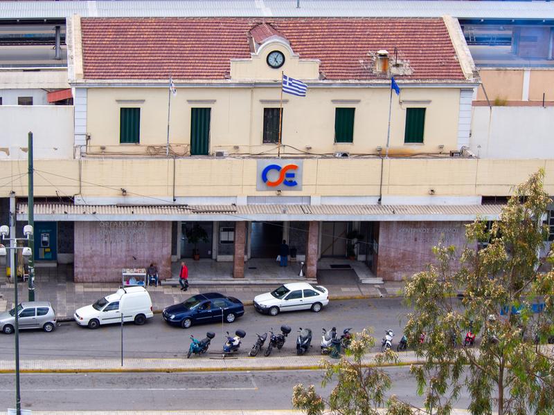 アテネ駅の外観。それほど大きくはない