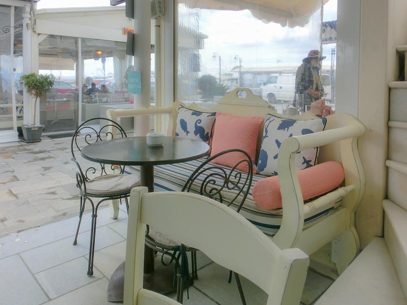 ナクソスタウンの海沿いにあるカフェ