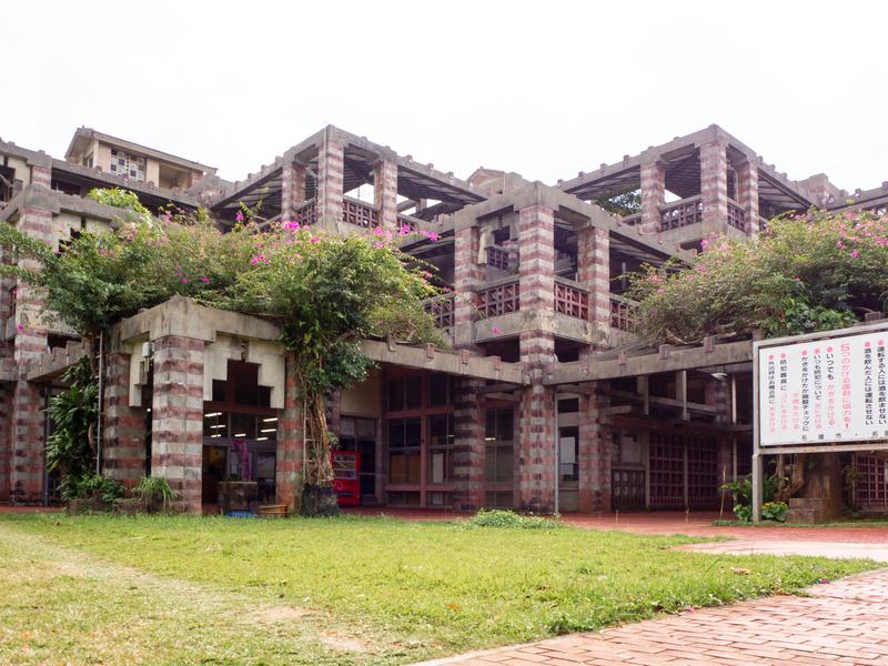 迷宮のような名護市役所の建築物
