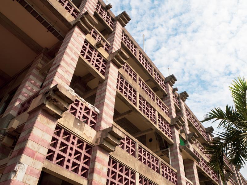 青空に映える名護市役所の建築物