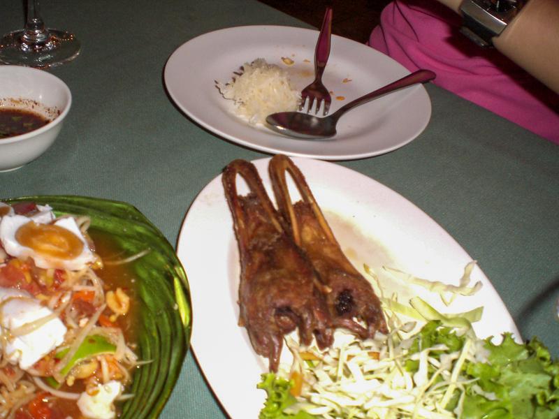 アヒルのくちばしを使ったタイ東北部の料理