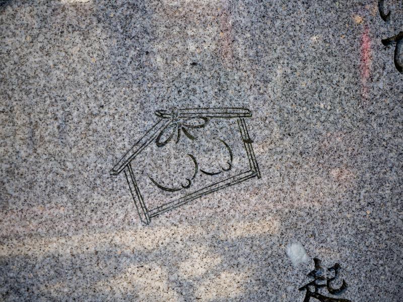石碑に小さく描かれたおっぱい