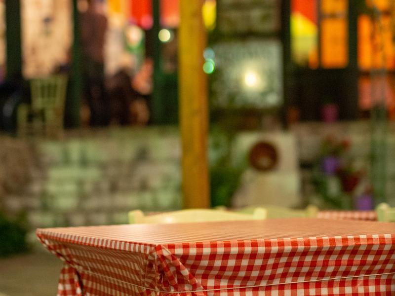 カランバカにあるミトスゲストハウスの屋外にあるレストラン