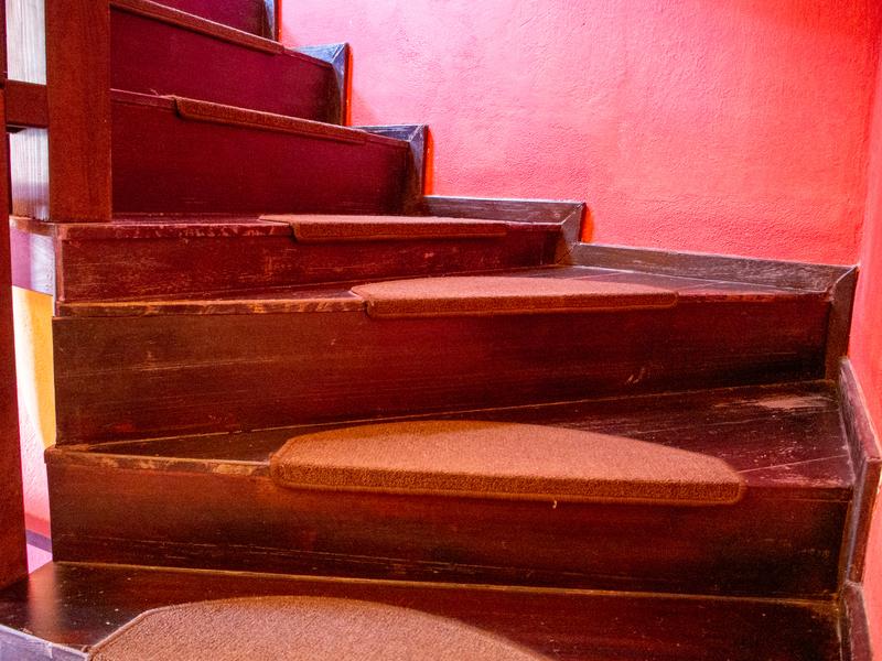 カランバカにあるミトスゲストハウスの階段は段差に注意