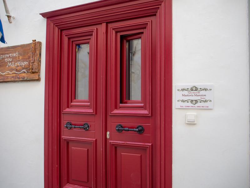 マストリスマンションの赤いドアの入口