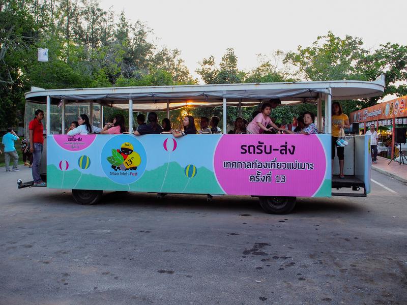 スコータイ遺跡公園を走るトラム