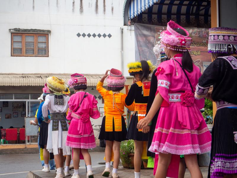 ピーターコーン祭りに向かうかわいい衣装を着た子供たち